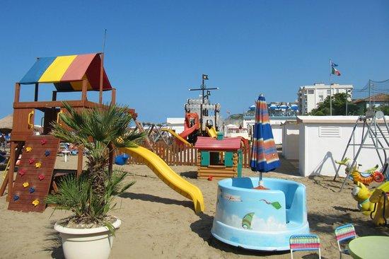 Hotel Thea & Residence : giochi per bambini in spiaggia