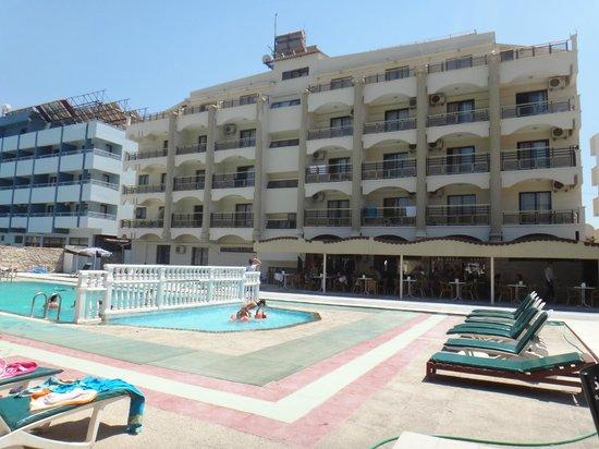 Temple Beach Hotel: HAVUZ TARAFINDAN GÖRÜNÜM