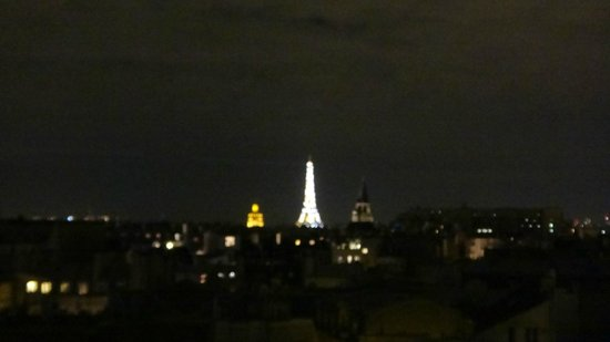 Holiday Inn Paris - Notre Dame : View of Eiffel, when it blings every hour!