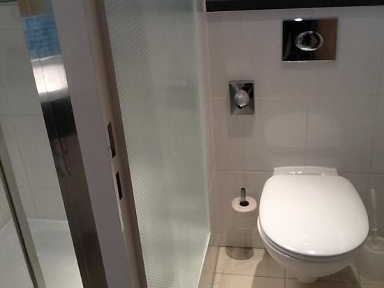 Holiday Inn Express Munich Airport: Clean bathroom