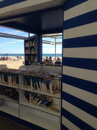 Hotel Magic Fenicia: Library on the beach