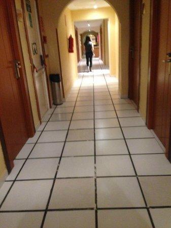 Hotel Magic Fenicia: Hotel corridor