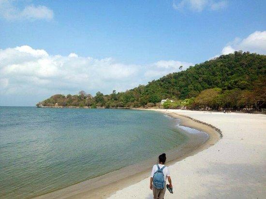 Saravoan-Kep Hotel : White sand beach, Kep