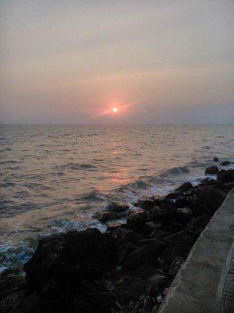 Saravoan-Kep Hotel : Sunset, 2 min walk from the hotel