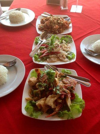 Saravoan-Kep Hotel: Delicious lunch of deep fried garlic prawns, coconut squid and black pepper crab