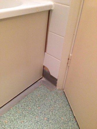 Grand Burstin Hotel: Cracked bathroom tiles