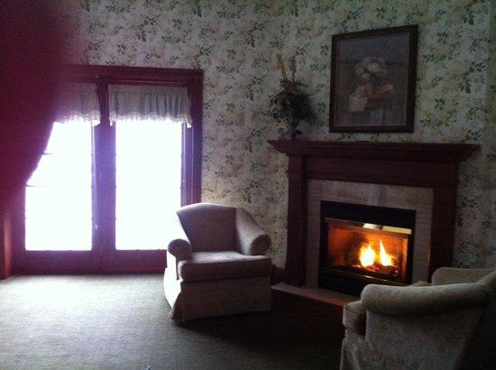 Carlisle Inn Sugarcreek : Room 4401 fireplace
