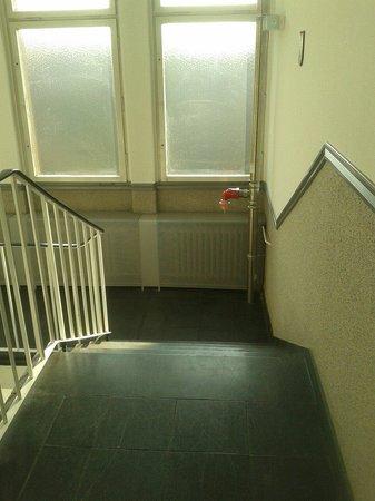 Potsdamer Inn: Le scale luride e buie