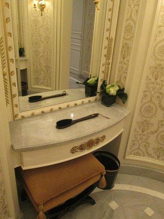 Shangri-La Hotel Paris: Women's restroom.