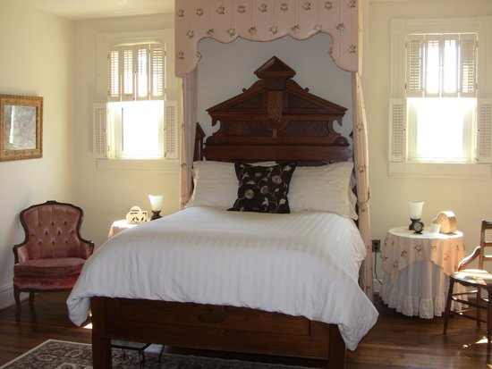 1898 Red Bud Bed & Breakfast: Beautiful 'Oak Room'