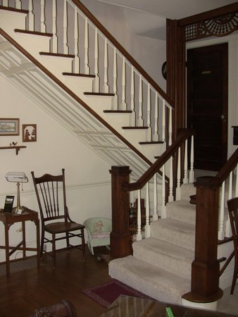 1898 Red Bud Bed & Breakfast: Stairway view from the Dining Room
