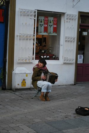 Quay Street: Street performer