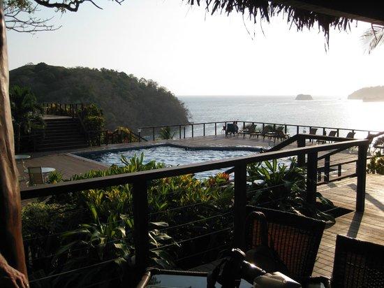Hotel Guanamar: bar overlooking pool, overlooking ocean
