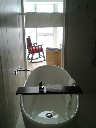 Fogo Island Inn : Soaker tub in Room 27 provides a great view of the North Atlantic Ocean