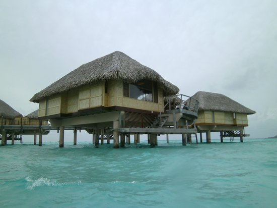 Le Taha'a Island Resort & Spa: Bungalow 312 - Note the white caps in the lagoon!  The weather wasn't their fault.