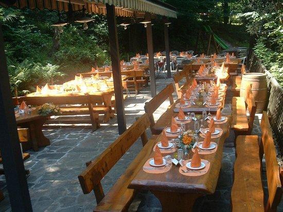 Grotto Cavicc: Terrazza apparecchiata e pronta per un nuovo servizio