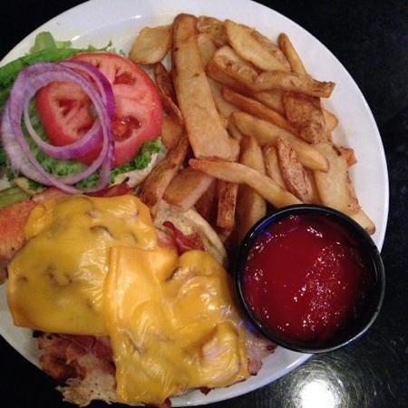 Olde Towne Tavern & Grille: Huge chicken sandwich