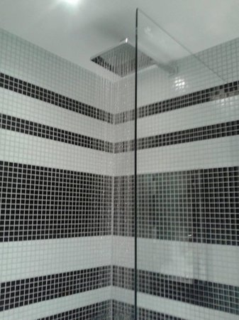 Stay Central Hotel: the shower