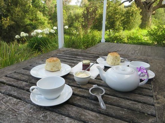 Crystal Creek Meadows Luxury Cottages & Spa Retreat: Afternoon tea on the terrace
