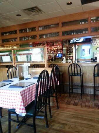 Gugg's : Bar area.