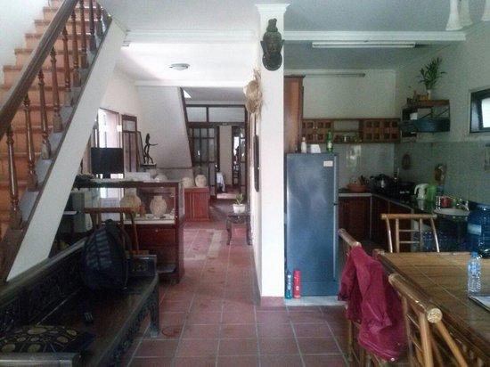 B'Lan Homestay: Le bas, l'accueil, le coin cuisine.