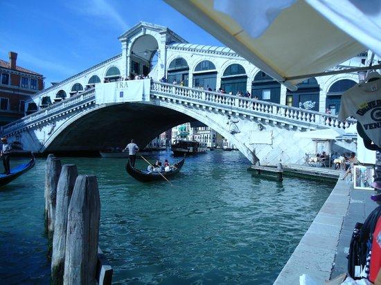 Rialtobrücke: Ponte di Rialto foi terminada no século XIV