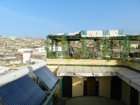 Riad Ibn Khaldoun: Roof top terrace and dining area overlooking Fes