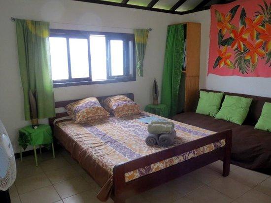 Bora Bora Ecolodge : ロッジ内部ベッド