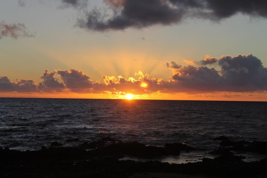 Days Inn Maui Oceanfront: sunset on the beach