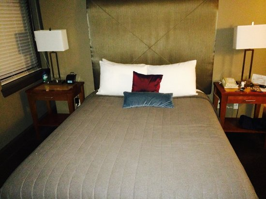 Magnolia Hotel Dallas Downtown: Queen suite bed