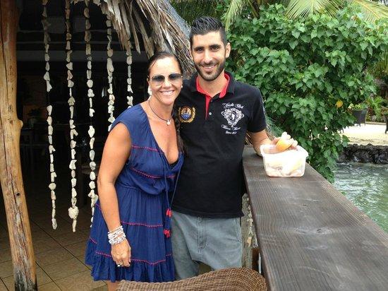Bora Bora Yacht Club : Lisa & JP - Feeding the fish