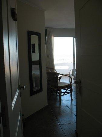 Hotel Bakari: Entrada habitación 108