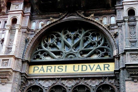 Parisi udvar - old side entrance