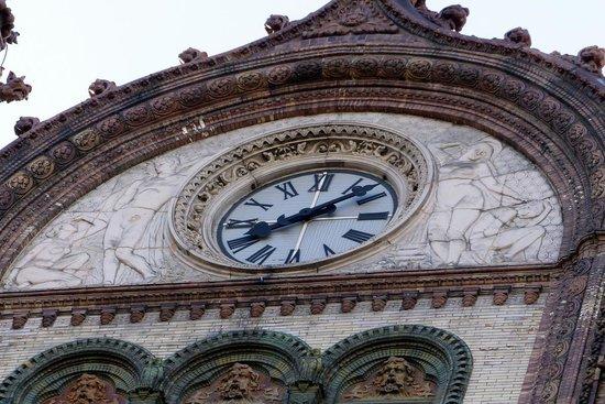 Parisi udvar: Facade clock