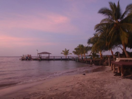 Va-i-Moana Seaside Lodge: Beach area at sunset
