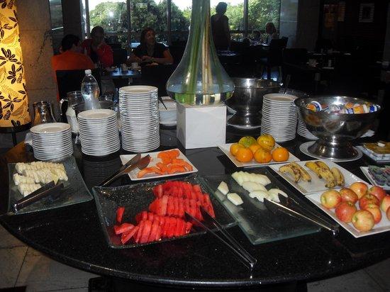 Brasil 21 Suites: Breakfast - fruits and cereals