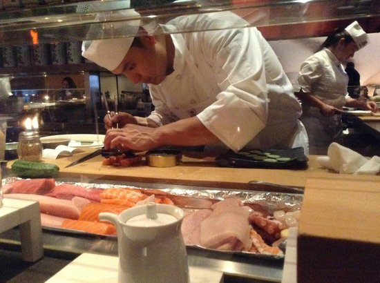 Katsuya : Sushi artist at work...