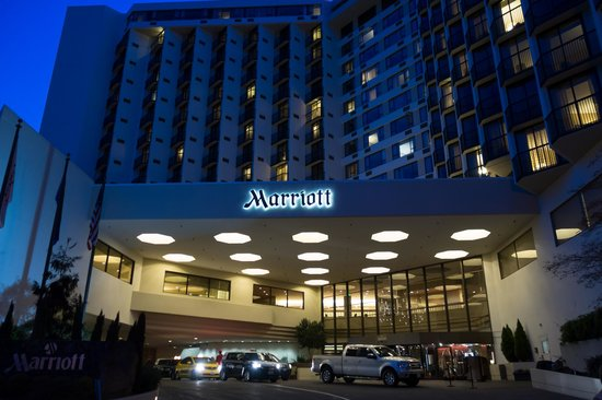 Portland Marriott Downtown Waterfront : front entrance at night