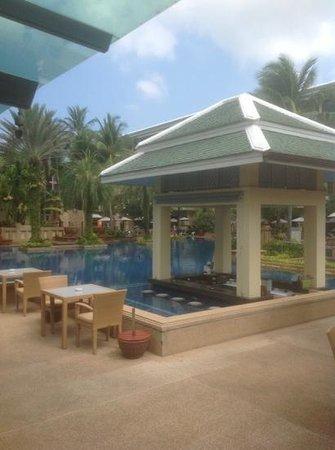 Holiday Inn Resort Phuket: swim up pool bar