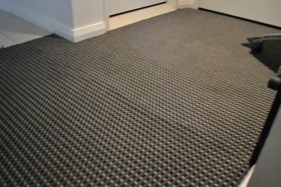 Meriton Serviced Apartments Pitt Street: Carpet coming up-  terrible condition