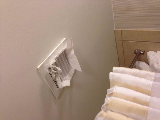 Hilton Garden Inn Columbia - Harbison: Tissue paper in the bathroom vent.