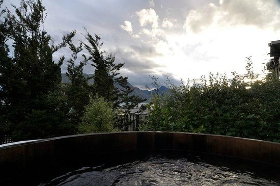 Hotel St Moritz Queenstown - MGallery Collection: Barrel hot tub - LOVED it!