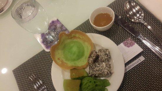 Grand Mercure Jakarta Harmoni: Kue-kue jajan pasar saat breakfast di Grand Mercure Harmoni