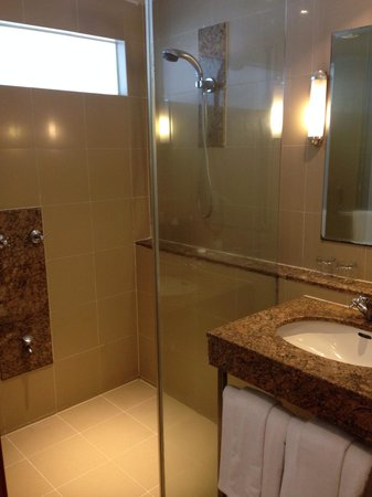 Capitol Hotel: Clean & spacious bathroom