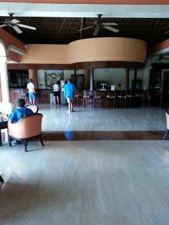 Grand Palladium Colonial Resort & Spa: Colonial Lobby Bar