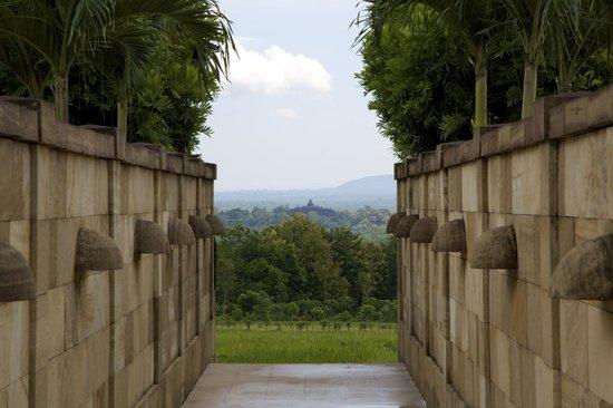Amanjiwo Resorts : Do you see the temples of Borobodur?