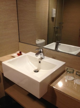 BTC Fashion Hotel: Clean bathroom
