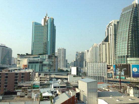 Park Plaza Sukhumvit Bangkok: 宿泊フロアの窓から、ターミナル21方面。グランデセンターポイントホテルや、グランドミレニアムホテルも見えます。