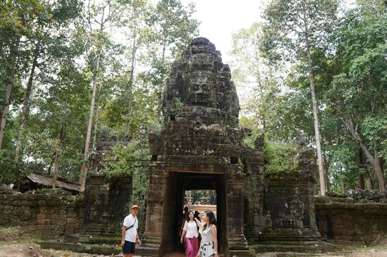 Ta Som: The entrance tower in the Bayon style