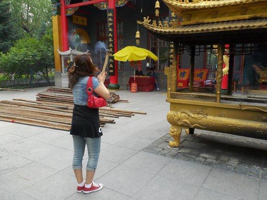Temple of Bliss (Jile Si) : お参り(束ねた線香に火をつけ四方八方にお辞儀する)